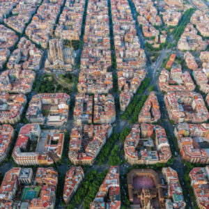 Città sostenibili e environment social governance Aerial view of Barcelona Eixample residencial district with famous urban grid, Spain